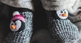 Winter Kindersöckchen in grau mit Pinguinen drauf.