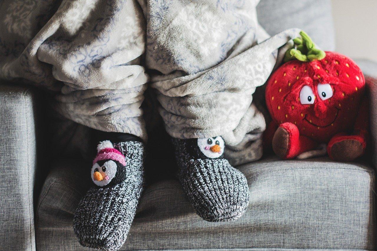 Wintersöckchen mit Pinguin drauf an Kinderfueßen